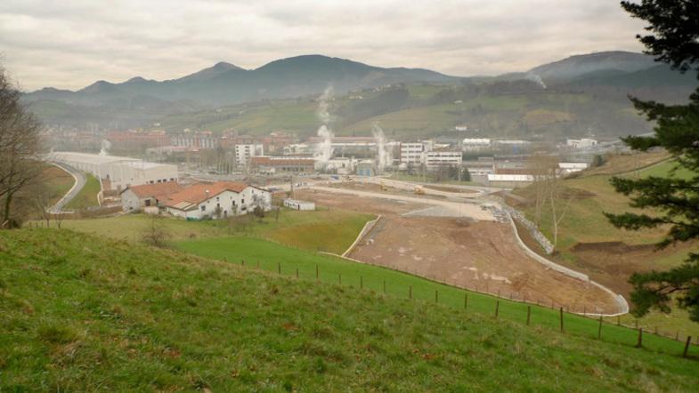Urbanizaci n de balastrain construcciones sukia for Piscina zabalgana