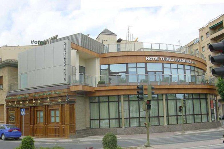 Hotel tudela bardenas construcciones sukia for Piscina zabalgana