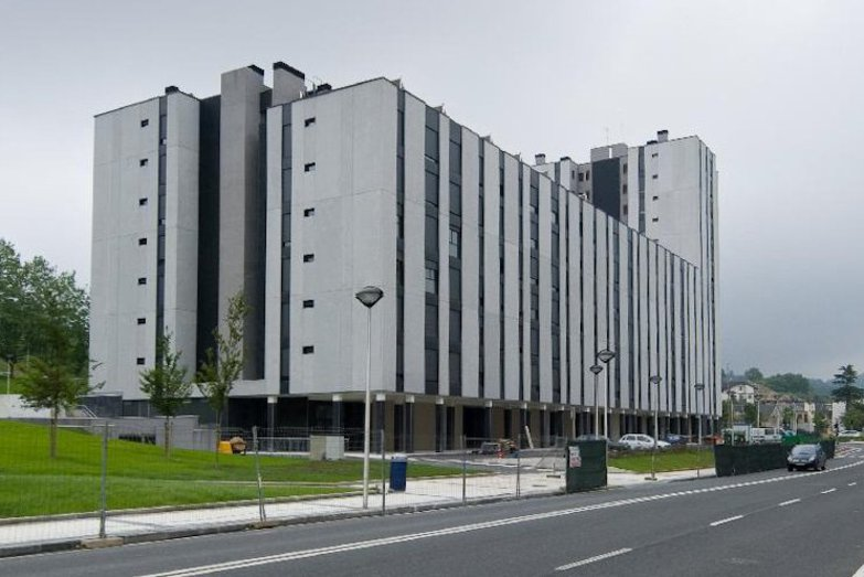 Edificio iza construcciones sukia for Piscina zabalgana