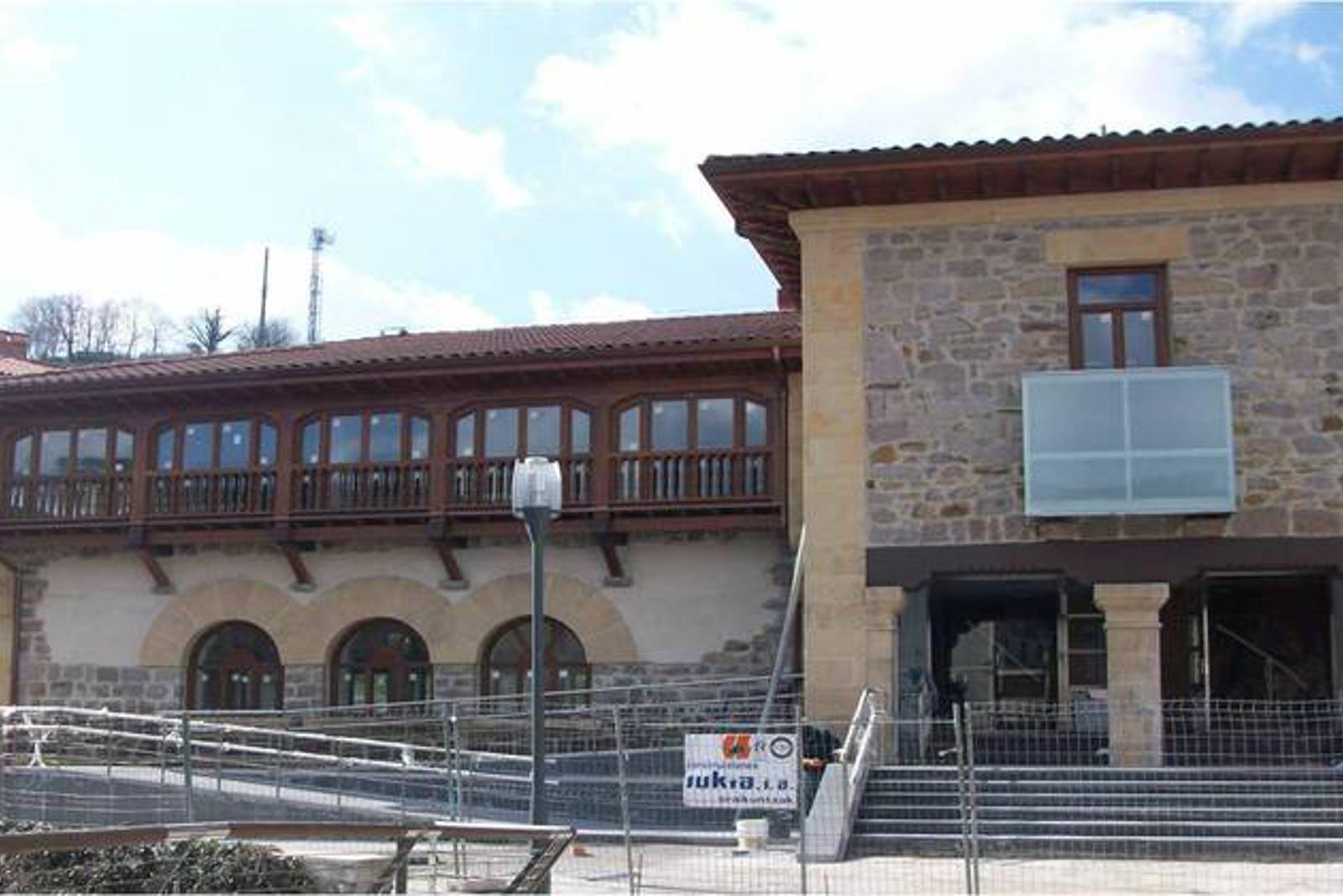 Ayuntamiento de idiazabal construcciones sukia for Piscina zabalgana